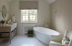 Country House, Hampshire: country Bathroom by Helen Green Design Décor Niche, Niche Decor, Wall Decor, Room Decor, Modern Country Bathrooms, Modern Bathroom, Bathroom Ideas, Green Bathrooms, French Bathroom