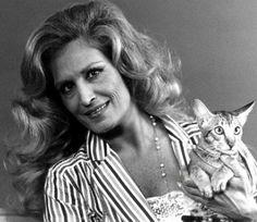 Chanteuse Dalida, avec son chat
