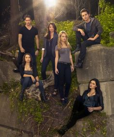 Chris Zylka, Jessica Parker Kennedy, Shelley Hennig, Britt Robertson, Thomas Dekker, & Phoebe Tonkin The Secret Circle Promo
