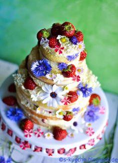 Erdbeer-Mandeltorte   Mandelcreme, zitroniger Biskuit, viele Erdbeeren, Kornblumen und weitere essbare Blüten bilden diesen mehrstöckigen Sommerkuchen-Traum