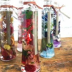 真っ赤な木ノ実やお花を用いたクリスマスカラーのハーバリウム スマイリーレッド(レッド) Voss Bottle, Water Bottle, Greenery, Wedding Gifts, Glass Vase, Japanese, Home Decor, Wedding Day Gifts, Decoration Home