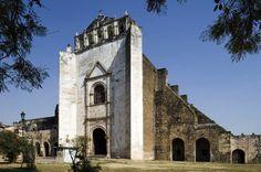 Tlayacapán (Morelos) En 1982, durante la restauración de la iglesia, se descubrieron decenas de momias de la época del virreinato en el convento de San Juan Bautista de Tlayacapán (en la foto), construido en 1534 por los frailes agustinos y desde 1996 patrimonio mundial de la Unesco.
