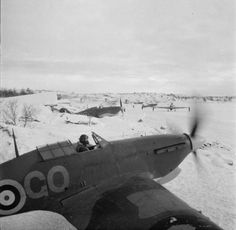151 Wing Royal Air Force Operations in Russia, September-November Hawker Hurricane Mark IIBs of No. 134 Squadron RAF, scramble from their dispersals in the snow at Vaenga. Navy Aircraft, Ww2 Aircraft, Military Aircraft, Fighter Pilot, Fighter Jets, Hawker Hurricane, Ww2 Planes, Battle Of Britain, Royal Air Force