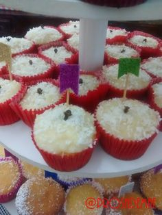 Cupcake de beijinho de coco e de milho - E no blog tem festa arraiá!! Hum... Comidas e doces típicos e uma decoração bem charmosa!! http://prosademae.blog.br/festa-arraia/ #arraia #festacaipira #comidastipicas #festajulina #festaagostina #prosademae