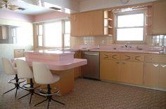 Construída em 1962, esta cozinha está super conservada porque nunca recebeu morador nenhum