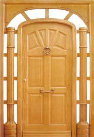 puerta de entrada clásica con columnas de madera