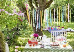 Revi puuvillakankaiden jämät nauhoiksi ja solmi niistä lystikäs hapsukoriste. Katso Unelmien Talo&Kodin ohje ja koristele puutarha juhlaan helposti ja nopeasti!