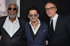 Pin for Later: Johnny Depp trägt Amber Heards Verlobungsring auf dem roten Teppich!  Johnny zwischen Morgan Freeman und Paul Bettany.