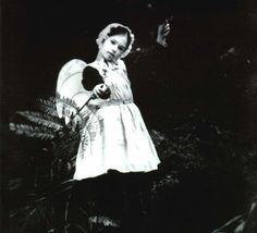 Flora (Anna Paquin)