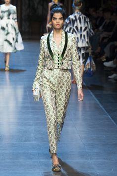 Женский модный костюм Dolce Gabbana в мужском стиле – показ моды весна-лето 2016 на неделе моды в Милане