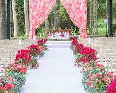 Casamento na fazenda - cerimônia judaica - decoração moderna e romântica - passadeira branca com flores em tons de pink, huppah com tecido estampado florido ( Foto: João Coelho | Decoração: Clarissa Rezende )