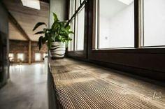 Najbardziej reprezentacyjny i oryginalny parapet to ten wykonany z prawdziwego, starego drewna.  #regaliapm #staredrewno #drewno #oldwood #wooden #woodworking #woodworker #interior #windowsill www.regalia.eu