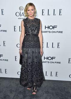 Kirsten Dunst con vestido gris troquelado, de Marc Jacobs.