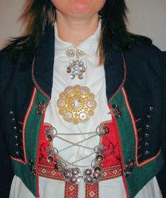 Bunadsølv Aust-Agder (Åmli) dame fra gullsme Sando på hamar. Han presenterer flere ting enn husfliden i Arendal. OBS! Traditional Outfits, Norway, Southern, Arts And Crafts, Costume, Fashion, Hama, Hipster Stuff, Moda