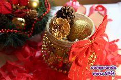 Lindos arranjos fáceis e baratos de fazer para enfeitar a sua mesa da ceia de Natal. Reutilize potes de vidro e garrafas, bolinhas de Natal, festão e outras coisinhas mais. Veja tudo no blog clicando na imagem! ;)