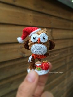 Super cute owl in a Santa hat FREE PATTERN on DoubleTrebleTrinkets. Generous blogger :)