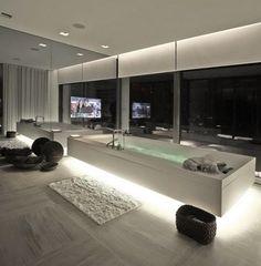 salle de bains élégante et moderne avec un ruban led encastré au-dessous de la baignoire
