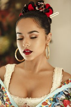 mexican makeup look Iconic American singer, songwriter and actress beautiful Rebbeca Marie Gomez also known as Becky G. Beauty Makeup, Hair Makeup, Hair Beauty, Best Eye Primer, Mexican Makeup, Becky G Style, Marie Gomez, Beauty Women, Makeup Looks