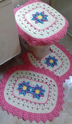 Jogo para banheiro com aplicação de flores em alto relevo, contendo 3 peças, sendo elas:    Tapete para pia medindo aproximadamente 64 x 48cm.  Tapete para o vaso sanitário medindo aproximadamente 54 x 48cm.  Capa da tampa do vaso sanitário 52 x 48cm.    Obs: Os tons de cores podem ter pequenas v...
