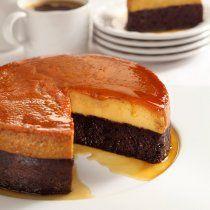 Aunque hayas colocado la mezclade flan después de la del pastel,a la hora de cocinarse se inviertey tendrás, al voltearlo, ¡el pastelabajo y el flan arriba!