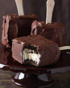 Chocolate Covered Brownie Ice Cream Sandwich: these brownies stay chewy & make the perfect ice cream sandwich.my mom does brownie ice cream sandwiches--chocolate covered would be amazing Frozen Desserts, Frozen Treats, Just Desserts, Dessert Recipes, Summer Desserts, Dessert Healthy, Cold Desserts, Yummy Treats, Sweet Treats