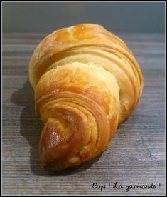 Les croissants et pains au chocolat sont réalisés avec une pâte levée feuilletée. Il s'agit d'une pâte feuilletée à laquelle on ajoute à la base de la levure de boulangerie. Il m'a fallu 3 tentatives pour obtenir des viennoiseries bien feuilletées et moelleuses. Pour bien comprendre comment fonctionne un feuilleté, je vous invite à lire mon article pour réussir sa pâte feuilletée. Ce qu'il vous faut ! Pour 4 croissants et 4 pains au chocolat (j'ai fait 6 croissants mais qu...