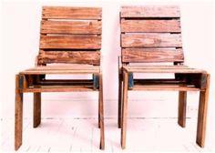 Stoelen voor aan een hoge tafel zoals eettafelstoel. Gemaakt van pallets en dat is duidelijk te zien.