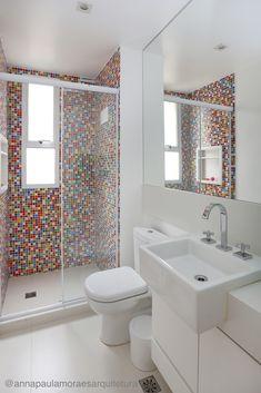 Banheiro colorido!  Reforma feita em SP, para banheiro infantil. Pastilhas coloridas alegram o ambiente. Projeto @annapaulamoraesarquitetura #banheiro #pastilha #tile #color