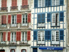 Bayonne: Tall houses with red and blue shutters - France-Voyage.com