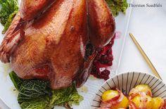 Gefüllter Truthahn mit Orangen-Cranberrysauce, Specherdäpfeln, Kräuterbutter und gebratenem Kohl