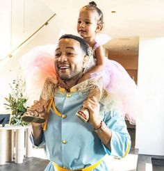 John Legend was the perfect Prince Charming to match his daughter, Luna's, princess costume 😍! Who's coordinating Halloween costumes with their little ones today? Spooky Costumes, Halloween Costumes For Kids, Chrissy Teigen Style, Best Celebrity Halloween Costumes, John Legend, Pretty Baby, Celebs, Celebrities, Celebrity
