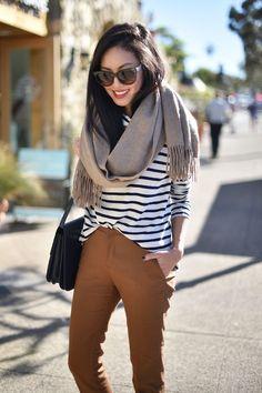 Blusa listrada branco e preto com calça marrom