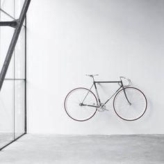 Fahrrad als Wanddeko - puristisch, skandinavisch, weiß >> Mit diesen Haken aus natürlichem Eichenholz, bringst du dein Fahrrad einfach und stilsicher an die Wand. Hier entdecken und kaufen: http://sturbock.me/CgS