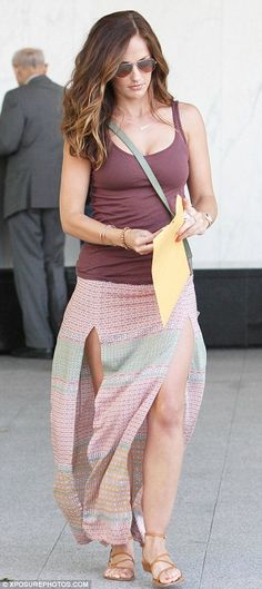 Charlie's Angels star Minka Kelly flashes a lot of leg in thigh-slashed skirt Hot Brunette, Brunette Beauty, Minka Kelly, Celebrity Beauty, Hollywood Celebrities, Woman Crush, Everyday Fashion, Spring Summer Fashion, Fashion Beauty