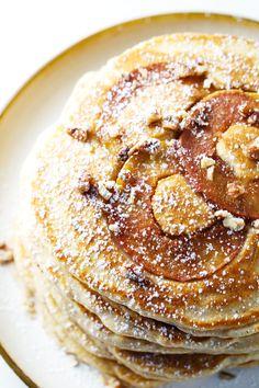 Estos Old Fashioned trigo integral de Apple Pancakes son el mejor sencillo y acogedor desayuno otoño!  Las manzanas son horneados justo en!  | #pancakes #apple