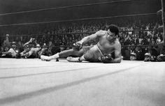 Muhammad Ali se levante después de que Joe Frazier, de un gancho de izquierda, le tirara a la lona en la que se llamó la 'Pelea del siglo', el 8 de marzo de 1971.