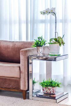 Seu minimalismo e design cheio de personalidade faz da Mesa Lateral Espelhada Barcelona ideal para incrementar o decór do seu living ou quarto. A peça pode ser usada como apoio de objetos decorativos como: vasos, luminárias e caixas organizadoras. MDF revestido em espelho bisotado. #MovelEspelhado #MesaLateral #LojaSoulHome