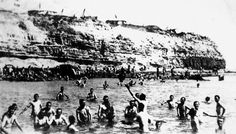 Australian and New Zealand soldiers bathing in Anzac Cove in the Dardanelles during the Gallipoli Campaign. 1915-1916