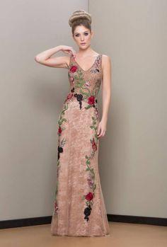 Vestido de festa com bordado floral Gala Dresses, Modest Dresses, Couture Dresses, Bridesmaid Dresses, Beautiful Gowns, Beautiful Outfits, Bordado Floral, Fashion Vestidos, Mexican Dresses