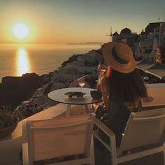 WEBSTA @ nika_shatova - My best sunset viewpoint 🌞 Связь сегодня подвела, но я надеюсь вы все равно застали красоту 💛 Good night | #iphoneonly #2v_honeymoon #sunset #santorini #santorinigreece #greece #vsco #hotel_nikashatova