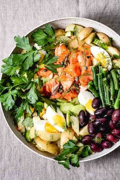 Salmon Niçoise Salad - A fresh take on the classic dish from Nice, France made with wild salmon instead of canned tuna and packed with crisp vegetables, briny olives, and mustard-olive oil vinaigrette. #nicoise #nicoisesalad #frenchfood #recipe #salad #healthy #foolproofliving