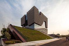 Xi'an Jiaotong - Liverpool University es una institución académica internacional con sede en Suzhou, China. Su administración y de información del edificio, diseñado por Aedas , sirve como lugar de encuentro dinámico para los estudiantes y el personal de la escuela. Influenciado por las piedras Taihu regionalmente prevalentes, la estructura es el espacio poroso, que contiene huecos interiores dinámicos conformados en torno a los vínculos interiores