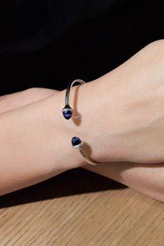 """#Bracelet #Untouched #Handmade #NaturalGemstones #BlueTopazes #Diamonds. Preferujete obľúbený a stáročiami preverený klenotnícky segment – náramky? Jediným pohľadom si môžete okamžite pripomenúť ich neobyčajnú krásu a ak sú aj praktické, dokonale splynú s vašim životným štýlom. Decentný náramok Untouched, ktorý je topásovou srdcovkou aj nášho zlatníka Ľubomíra Michálika, je toho dokonalým dôkazom. A ako dôkaz našej zručnosti v náramku žiaria dva """"london blue"""" topásy a 38 prírodných… Blue Topaz Diamond, Sapphire, Unique Bracelets, Stylish, Rings, Jewelry, Elegant, Jewlery, Jewels"""