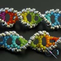 DNA-earrings by gwenbeads. Free video: http://gwenbeads.blogspot.fi/2011/04/how-to-bead-weave-dna-double-helix.html