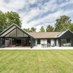 The Spinney- Renovation, Surrey: modern Houses by Designcubed Bungalow Renovation, Bungalow Exterior, Bungalow Homes, Bungalow Designs, Bungalow Extensions, House Extensions, Bungalows, Bungalow Conversion, Dormer Bungalow
