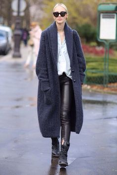 30 Chic Fall Outfit Ideas – Street Style Look. 30 Chic Fall Outfit Ideas – Street Style Look. Winter Cardigan Outfit, Cardigan Outfits, Long Cardigan, Oversized Cardigan, Crochet Cardigan, Maxi Cardigan, Blue Cardigan, Fashion Week Paris, Fashion Weeks