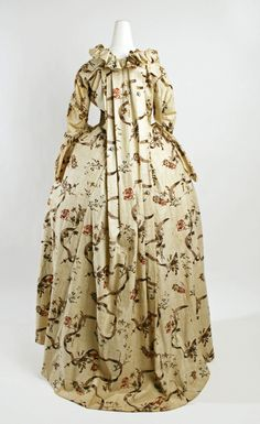 ROBE A LA FRANCAISE 1750-1775 ESCOTE CON VOLANTES TRASERA