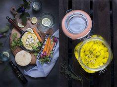 Humus de garbanzos con queso feta marinado y verduritas asadas