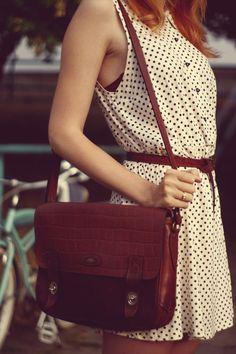 vestido de bolinhas e bolsa retrô