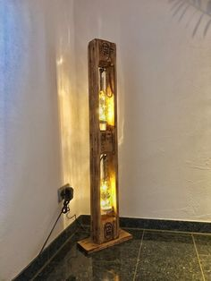 This floor lamp was created from a Euro pallet. Beleuchtung wurde mit Led& This floor lamp was created from a Euro pallet. Lighting was with Led & - Free Wooden Pallets, Wooden Pallet Furniture, Pallet Light, Pallet Floors, Deco Luminaire, Bamboo Crafts, Adjustable Bar Stools, Wooden Planters, Garden Lamps